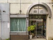 伊予鉄道の松山市駅より徒歩2分、松山空港まで車でたったの20分アクセスが良い四国の玄関口のような立地。