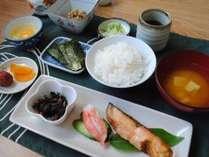 ご朝食【和食一例】 ・焼魚・のり・生たまご・納豆・小鉢・お漬物・ごはん・お味噌汁