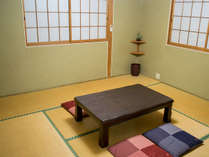ムダのない素朴なお部屋。阿蘇にふらっと気楽に訪れるためのリーズナブル客室。/別館和室8畳