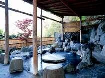[写真]開放的な露天風呂は源泉掛け流しの天然温泉です
