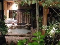 お庭からの湯船を写した写真です。