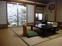 庭に面したお部屋もあり。どの部屋タイプも純和風(和室一例)