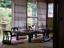 客室「松」のお庭。広いお部屋なので宴席も可能です