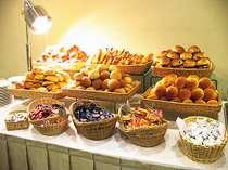 朝食メニューには豊富な種類のホテルメイドの焼き立てパンもございます。