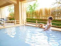 【女性露天風呂~本館】開放的な露天風呂。檜のシルクバスで癒しのひととき。