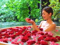 """女性の憧れ""""バラ風呂""""。癒しの香りとリッチな気分を満喫。"""