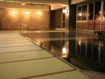 【大浴場~本館】小川屋名物!100帖空間の畳風呂は、足元が冷たくなく滑りにくく安心♪