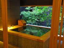 【貸切風呂 山葵~WASABI~】緑豊かな坪庭を望む癒しの空間。