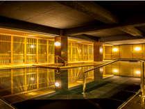 【本館~薬師の湯~】広い湯船内に檜風呂を備えた新浴場。