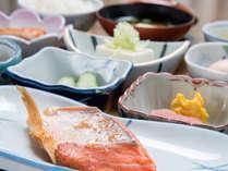 *ご朝食一例/小鉢がズラリと並ぶ栄養バランスの整ったホテルの朝ごはん。