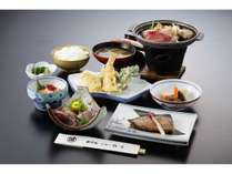 お夕食一例/地元の旬味を活かした和定食料理をごゆっくりお愉しみ下さい。