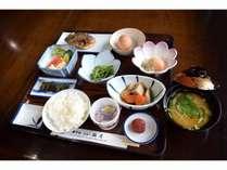 焼き魚、納豆、豆腐、生卵、お味噌汁などのシンプルな和定食!しっかり食べて一日のパワーチャージ!!