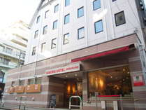 サクラホテル池袋本館。ドミトリー(相部屋)、シングル、8人部屋など用途に合わせてお選びいただけます。