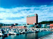 ウイングベイ小樽(ショッピングモール)に直結。最寄りのJR小樽築港駅から徒歩5分ほどの立地。