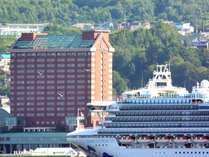 夏には大型客船が小樽港に停泊することも!