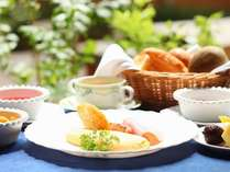 ふわっとろオムレツと熱々のパンが好評♪バイキングは各種ジュース、シリアル、フルーツ、ゼリーなど多彩
