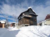 冬の外観です。大きな窓やバルコニーから羊蹄山が一望できます。