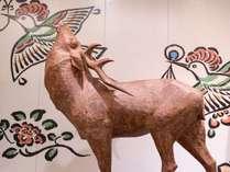 空を翔る美しい鳥を見上げる神様の使い。歴史ある奈良で、神秘に触れる体験を。
