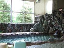 *「桜風呂」窓の外の、小鳥のさえずりや、清流のせせらぎを、間近に感じることができます。