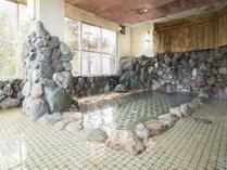 *【温泉(大浴場・男性)】三波石をふんだんに使用した岩風呂の大浴場となります。