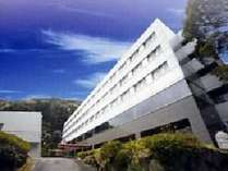 熱海の山間部に位置する研修センター。みどりに囲まれ研修に集中できる環境です。