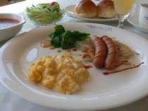 朝食は、作りたてのスクランブルエッグにソーセージ、サラダ、スープ、コーヒーか紅茶、ジュースなど。