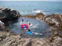 これがデイオフ目の前にある自然のプール岩 大人も子供もおおはしゃぎ