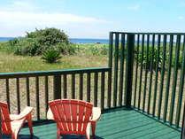 コテージのウッドデッキからの眺めは、自然と海。晴れた日には満天の星空を!プライベートBBQは最高!