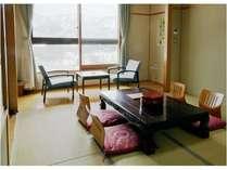 【客室】鳥海山一望の和室(洗面・トイレ付)大きな窓からの眺めは雄大