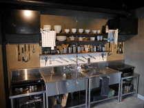 共用のキッチン(調理道具、調味料、コップ、皿など各種あり)