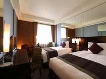 【スーペリアツイン・昼】27平米ベッド幅120cm×2台 シャープなデザインで機能性も融合した客室