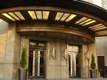 【エントランス】エントランスは一見シンプル。大人の隠れ家ホテルです。