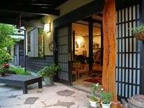 【玄関前】お客様をお迎えする正面玄関です。