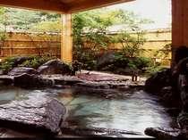 春は花 夏の夜空に 五色のもみじ 冬はやっぱり雪見風呂温泉にどっぷり浸かって 更癒 の湯