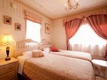 キュートなピンクが女性好みのかわいいお部屋(ツインルーム)