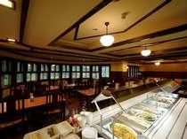 お食事は森の見える落ち着いた雰囲気のレストランで。
