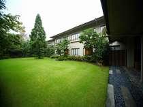 街中にいながら自然浴を愉しむ清流中庭:新緑の候