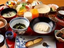 朝食:とろける湯どうふ、茶がゆなど嬉野ならではの献立。