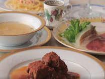 イタリア料理 アンクルさんで食事をするフルコース料理