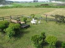 宿泊棟から眺める牧場風景
