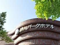 【ホテル外観】 砂川駅のすぐ隣に位置しています。