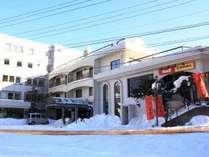 【外観】冬はスキースノボの基地に。白馬八方温泉かけ流しのアットホームなホテルです。