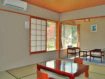 【本館和室・8畳】窓外には、パークゴルフ場を兼ねた庭園が広がります。