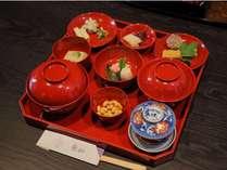 朝食(焼き魚などがついた京都らしい朝食)