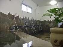 男女別大浴場。石垣島の素泊まりドミトリーでは数少ない湯船のあるお風呂です。