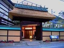 萱葺屋根の大きな門でお客様をお迎えいたします。