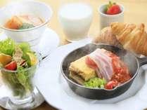 多彩たっぷりスパニッシュオムレツの朝食