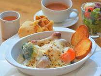 ポーチドエッグを中心とした朝食(一例)