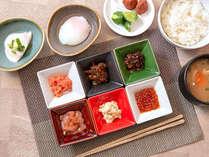 【朝食】いくら、たらこなどごはんがすすむ惣菜ほか、郷土の味・三升漬けや松前漬けもございます。