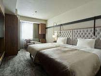 【モデレートツイン】24.3平米ゆったりした二人掛けソファを備えた広めのお部屋。